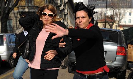 Nadia Macri, a la izquierda, dice que ella estaba con Karim el-Mahroug, conocido como Ruby, en una orgía de Berlusconi