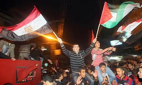 Palestinians in Gaza City wave Egyptian and Palestinian flags to celebrate Hosni Mubarak resignation