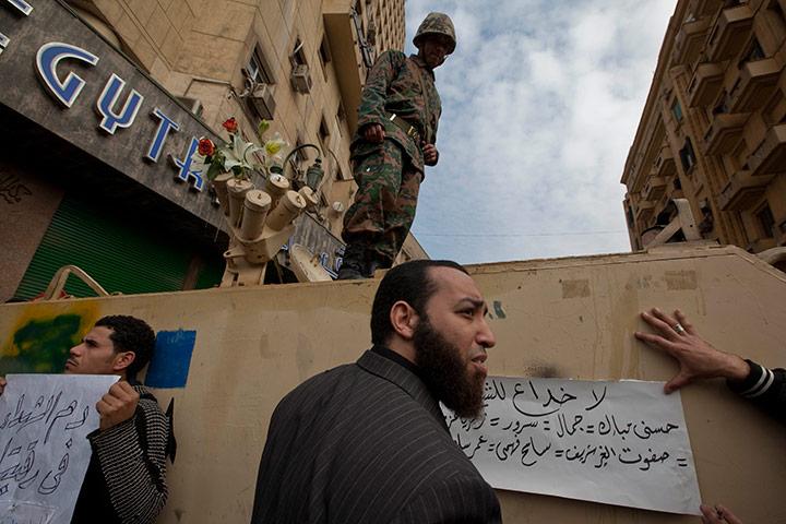 متابعة بصور لأحداث ثورة الغصب *إذا الشعب يوما أراد الحياة فلا بد أن يستجيب القدر* Protestors-and-demonstrat-028