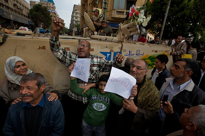 متابعة بصور لأحداث ثورة الغصب *إذا الشعب يوما أراد الحياة فلا بد أن يستجيب القدر* Protestors-and-demonstrat-030