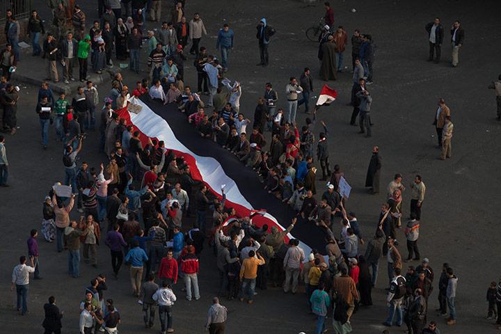 متابعة بصور لأحداث ثورة الغصب *إذا الشعب يوما أراد الحياة فلا بد أن يستجيب القدر* Protestors-crowd-Tahrir-S-034