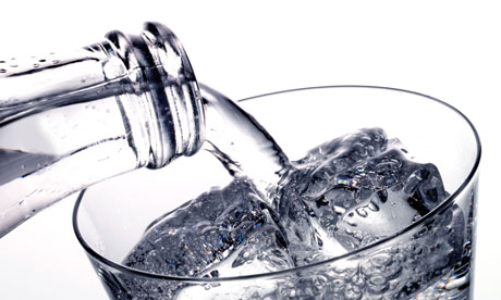 Image : http://static.guim.co.uk/sys-images/Guardian/Pix/pictures/2011/4/20/1303318355235/Carbonated-water-being-po-007.jpg