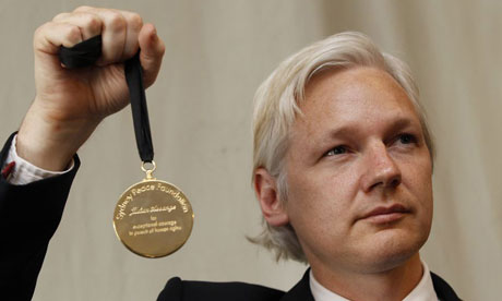 Julian Assange holds up his Sydney Peace Prize