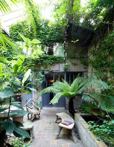 Vintage charm the french way in pictures life and for Small french courtyard gardens
