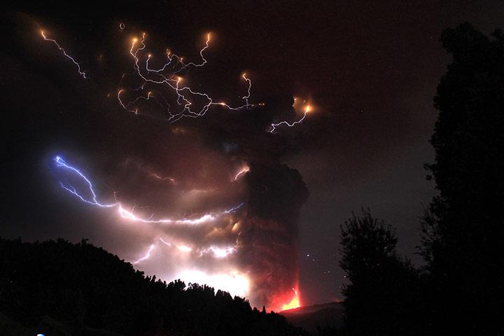 Puyehue volcano : Lightning bolts strike around Puyehue