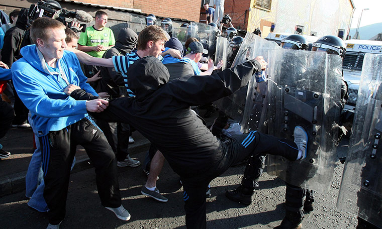 http://static.guim.co.uk/sys-images/Guardian/Pix/pictures/2011/7/12/1310505206630/Belfast-riots-Ardoyne-006.jpg