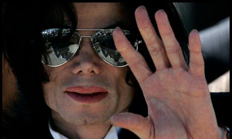 Eu vi o que os tablóides fizeram a Michael Jackson. Agora está acontecendo na Grã-Bretanha, e eu fujo Michael-Jackson-waves-as--007