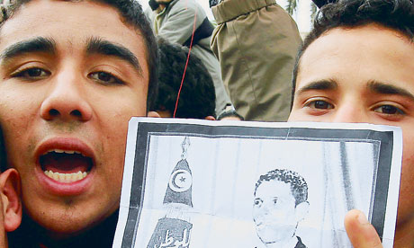 Tunisian protesters holding a picture of Mohamed Bouazizi