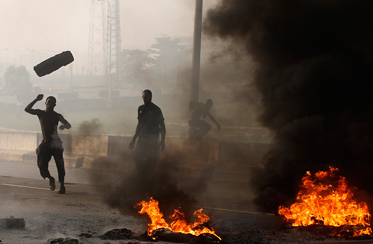 Nigeria fuel protests: Angry youths set up burning barricades in Lagos