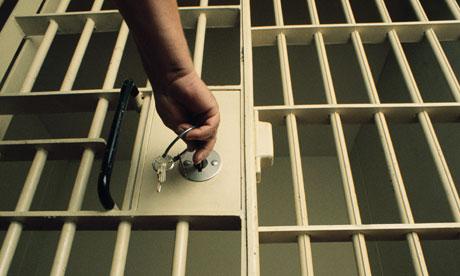 Мужчину, ударившего полицейского бутылкой по голове, могут осудить на 10 лет.