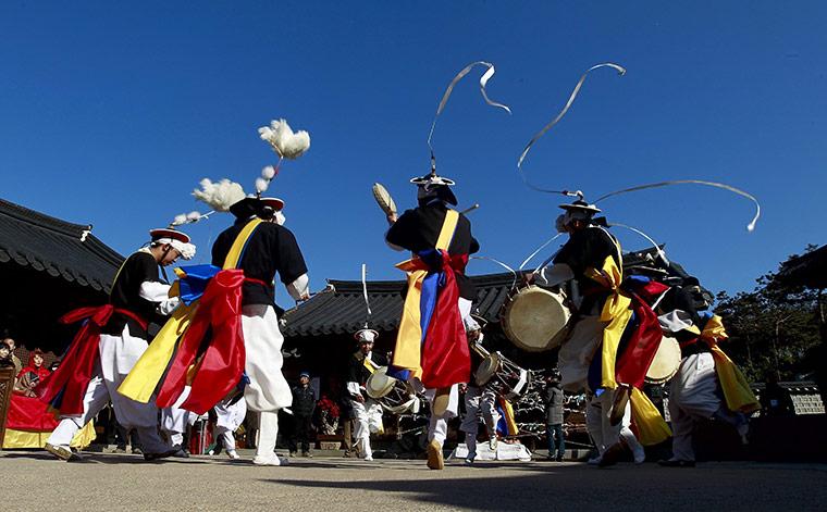 В столице Южной Кореи продолжают отплясывать праздничные танцы