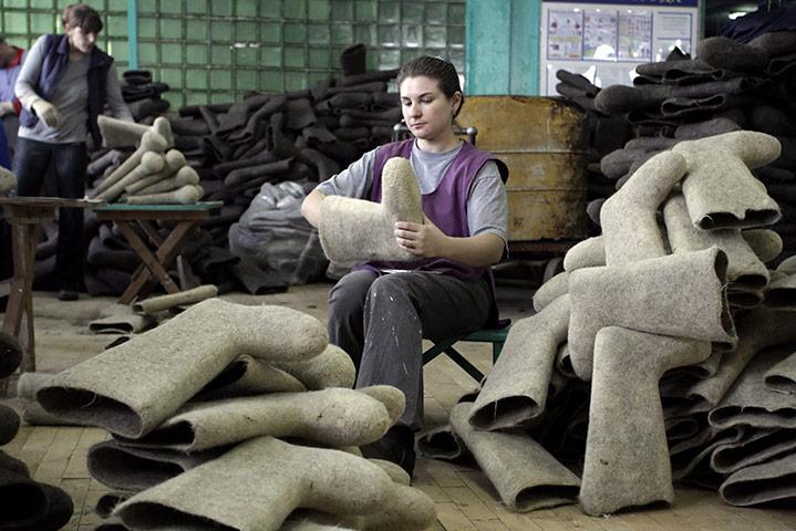 Смиловичи, Беларусь: женщина за работой на фабрике по изготовлению валенок