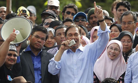 Anwar Ibrahim, flanked by his wife, Wan Azizah Ismail
