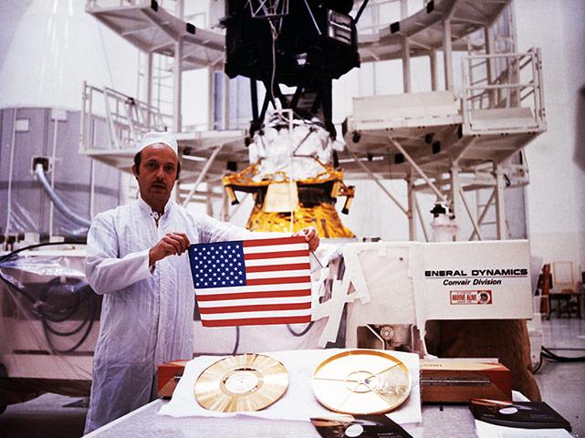 NASA Employee Displays Go 011