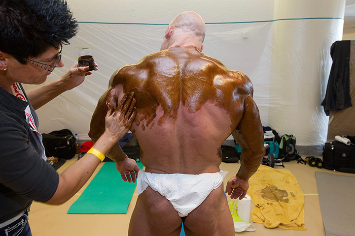 Bodybuilding: Swiss heavyweight bodybuilder Philippe Favre has his back painted