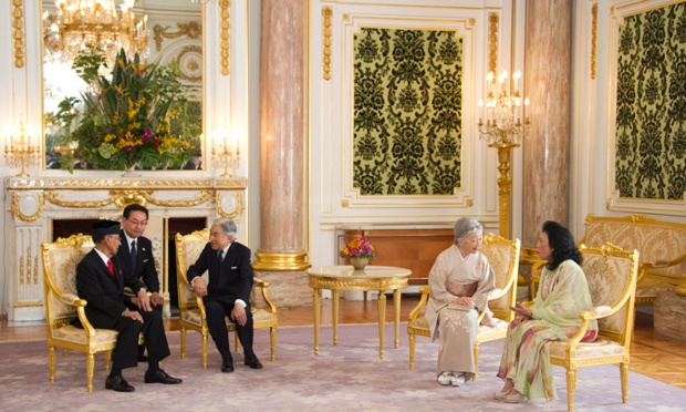 The Malaysian King and Queen are on a five-day visit to Japan. Malaysian King Abdul Halim Mu'adzam Shah talks with Japanese Emperor Akihito as Queen Haminah Hamidun and Empress Michiko speak in Tokyo, Japan.