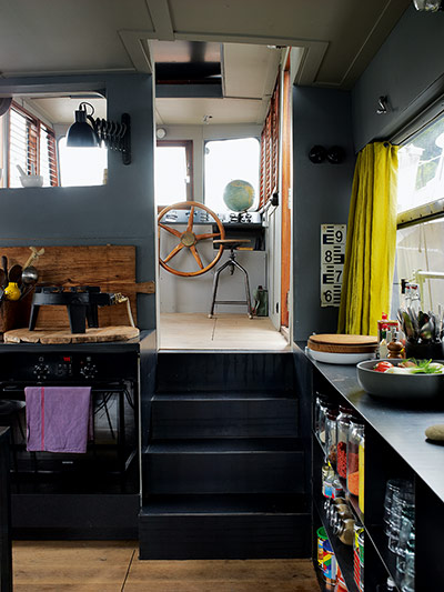 Houseboat living in paris in pictures life and style for Pontoon boat interior designs