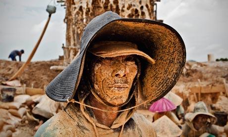 Un minatore di stagno in Bangka, Indonesia