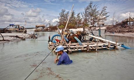 Dragaggio per il minerale di stagno in Bangka, Indonesia
