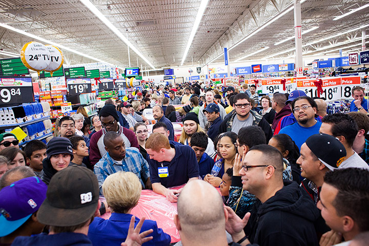 Black Friday: Las Vegas: Customers wait for PlayStation games