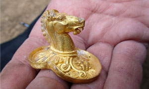 Bulgarian archaeologists find golden treasures in ancient Thracian tomb