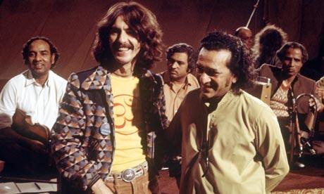 Ravi Shankar con George Harrison negli anni '70.