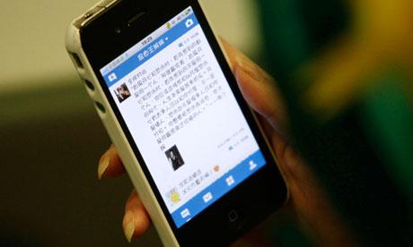 Una donna carica un sito web cinese microblog per il suo telefono