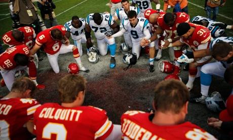 Kansas City Chiefs pray