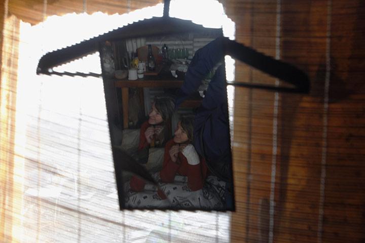 Прага, Чехия: отражение женщины в разбитом зеркале