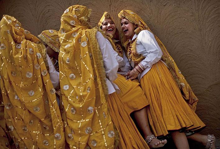Фаридабад, Индия: танцовщицы в традиционных костюмах