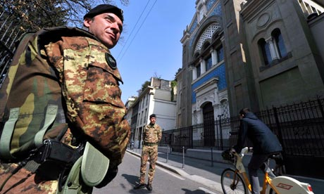 Italian soldiers in front of Milan synagogue