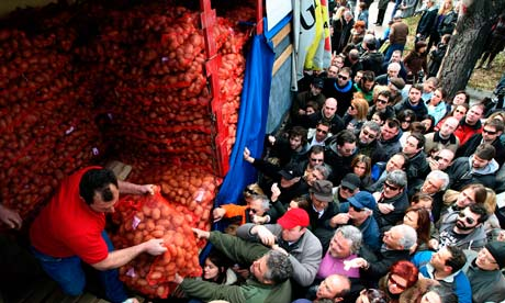 Greeks queue to buy cheap food