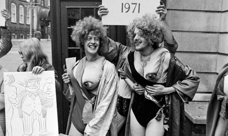Members of the Gay Liberation Front protesting outside Bow Street ...
