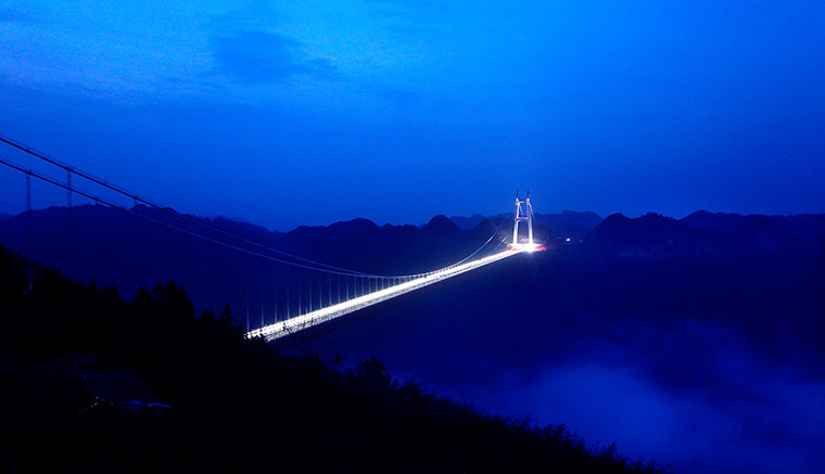 http://static.guim.co.uk/sys-images/Guardian/Pix/pictures/2012/4/2/1333376355168/Aizhai-Suspension-Bridge--008.jpg