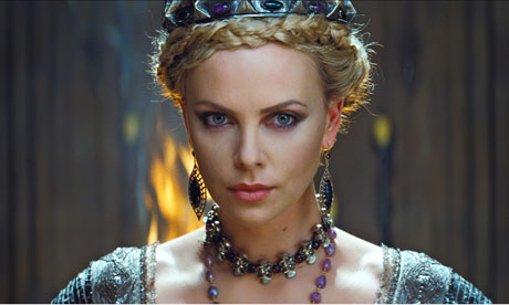 La reine Ravena, interprétée par Charlize Theron - Image tirée de The Guardian