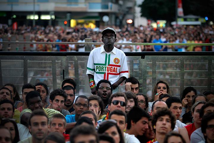 Fanovi i navijači - foto reakcije - Page 2 Portuguese-fans-react-whi-005
