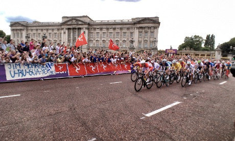 The mens road race riders pass by Buckingham Palace