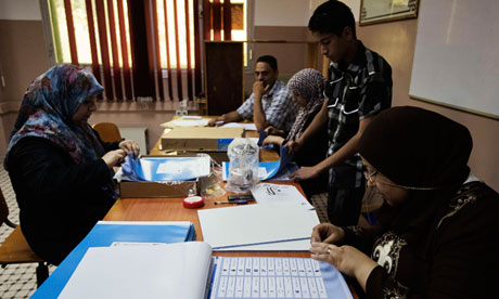 Libyan polling station workers