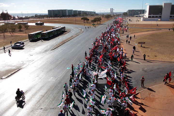 24 hours: Brasilia, Brazil: Rural workers march to the Planalto presidential palace
