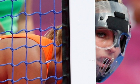 Netherlands' Eva de Goede watches from behind post during a penalty corner during women's semifinal hockey match against New Zeland. Photographer: Suzanne Plunkett/Reuters