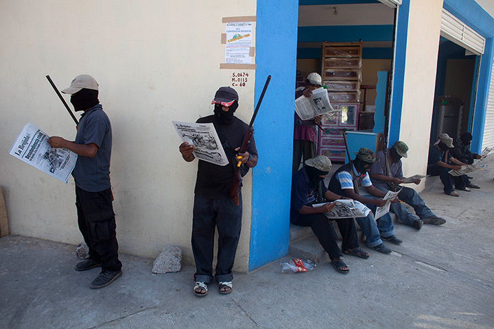 24 hours: Ayutla, Mexico: Masked and armed men read newspapers