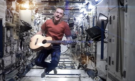 Chris Hadfield sings David Bowie's Space Oddity on the International Space