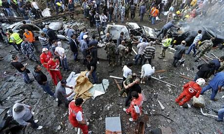 Equipes de emergência no local das explosões
