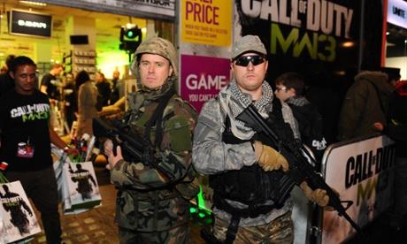 Os jogadores na fila para Call of Duty
