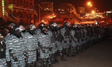 Ukrainian riot police surround Kiev protesters...