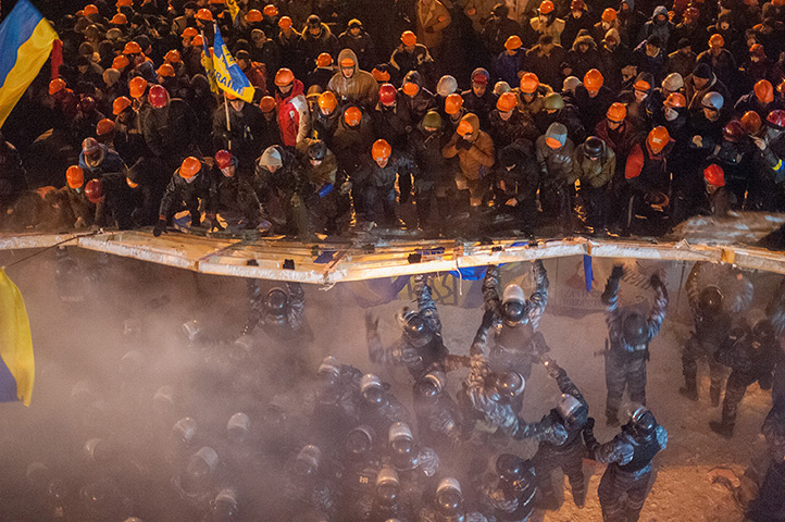 Ukraine protests: Demonstrators clash with riot police officers at Maidan, Kiev's central squ