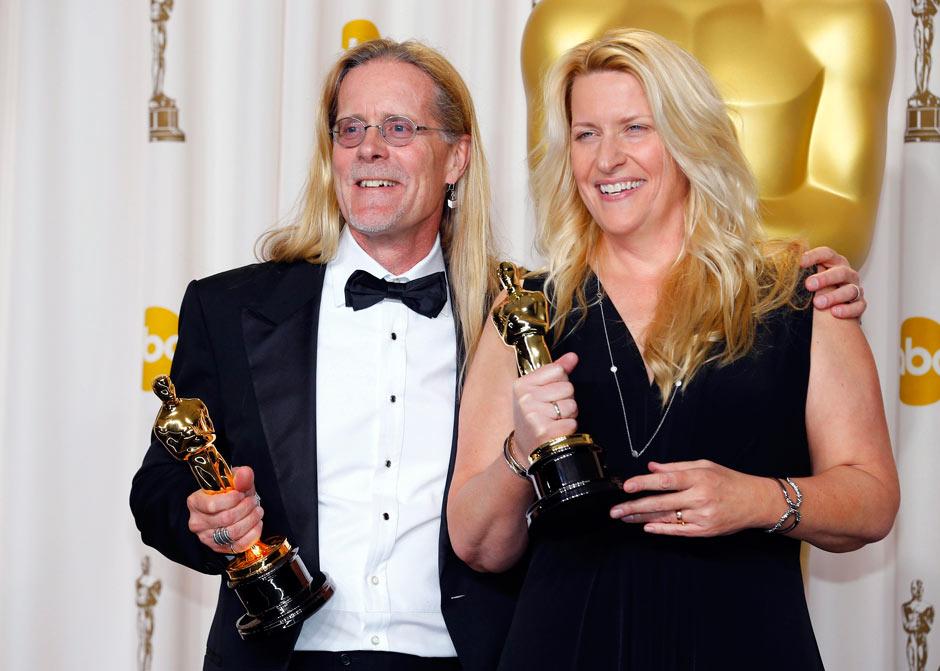 Per Hallberg og Karen Baker Landers med hver sin Oscar-statuett, for beste lydredigering. Bilde fra The Guardian.