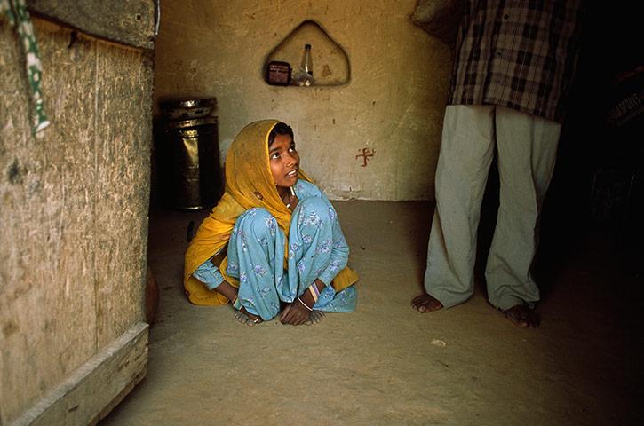 Σύγχρονη δουλεία: Α cowers νύφη παιδί στα πόδια του συζύγου της