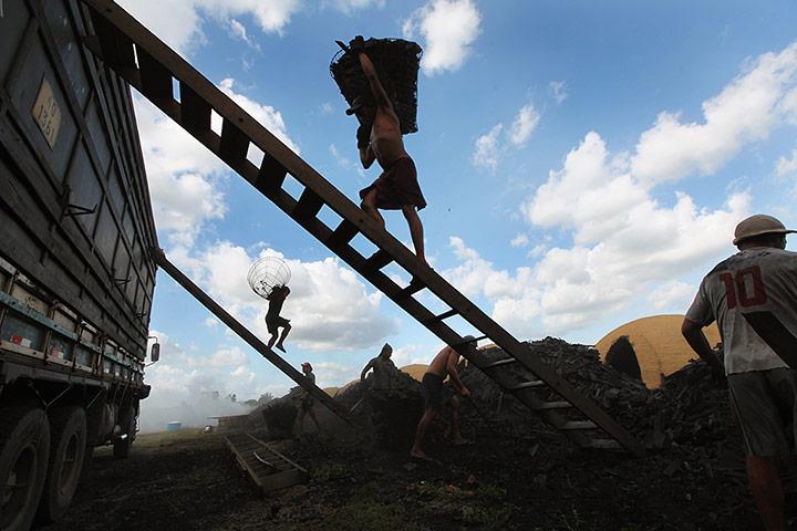 Σύγχρονη δουλεία: παράνομη κατασκήνωση ξυλάνθρακα στο Amazon, Βραζιλία