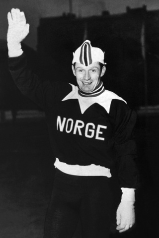 Sad news. Norwegian former speed skater Hjalmar Andersen has died at the age of 90, local media reported. Here he waves to photographers and rocks that tracksuit during the Winter Olympic Games in Oslo in 1952 where he won three gold medals.